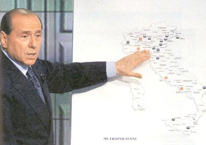 il Cav. Silvio Berlusconi alla lavagna illustra le Grandi Opere