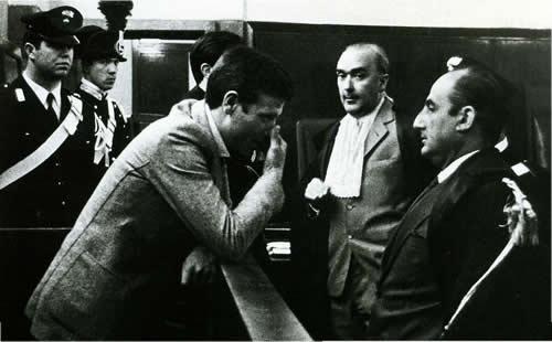 """Pasquale Virgilio, detto """"Max"""", al processo del 1969 per l'omicidio Tagliavento, parla con i suoi legali, gli avvocati Giovanni Bovio e Armando Cillario (Archivio Rcs)"""