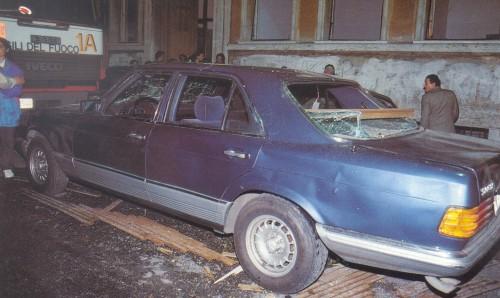 L'auto di Maurizio Costanzo subito dopo l'attentato del 14 maggio 1993
