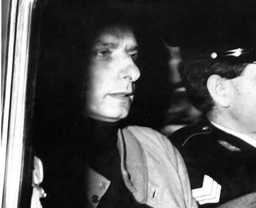 Adolfo Meciani, che da lì a poco morirà suicida, viene trasferito in carcere
