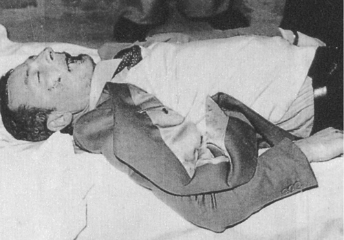 Mino Pecorelli, ormai cadavere, subito dopo l'agguato (Foto Ansa)