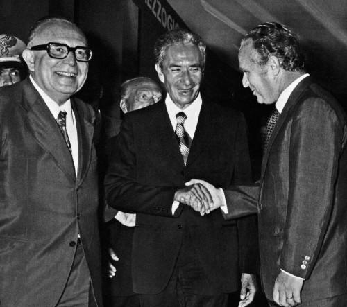 Aldo Moro tra due protagonisti dello scandalo: Mariano Rumor (innocente) e Camillo Crociani (colpevole)