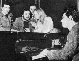 Luigi Tenco al pianforte con (da sinistra) Michele, Lucio Dalla e Dalidà