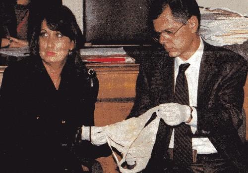 Durante un'udienza del processo bis i periti mostrano un paio di mutande. Di chi sono? Le tracce organiche escludono che siano di Michele Perruzza - Giacomino foto